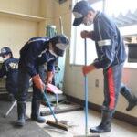 被災した学校を清掃する東北高校の野球部員たち=宮城県石巻市渡波町の渡波中で2011年4月2日午後2時41分