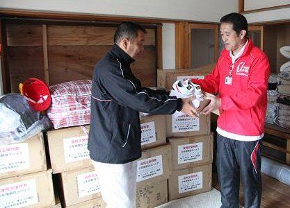 浦和学院、宮城県の少年野球の子供たちに野球用具を贈る