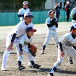 浦和学院の野球部員と練習する子どもたち=さいたま市緑区
