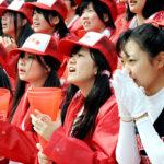 アルプス席で母校の必勝を願う浦和学院応援団=30日午前、甲子園