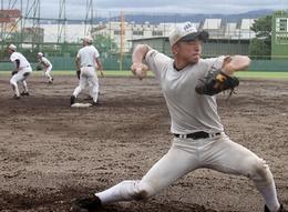 連戦想定 投手陣が意欲 雨上がりのグラウンド 練習に熱