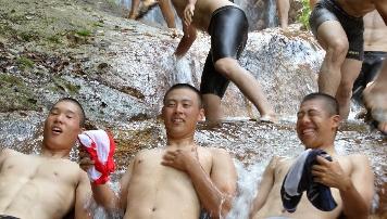 浦和学院、水浴びリフレッシュ 19日天理戦