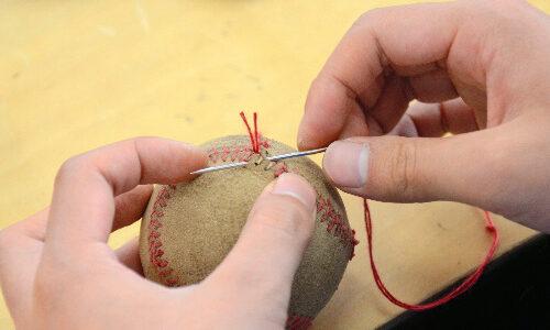 鴻巣の施設、傷んだボールを再生 埼玉県高野連も後押し