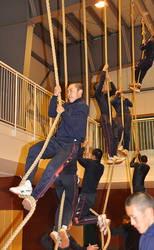 がんばれ浦学:'11センバツ 「綱登り」練習でナイン腕力鍛え