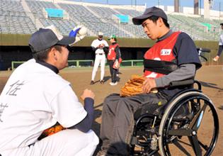 障害者ら野球楽しみ交流 選抜Vの浦学と 県営大宮球場