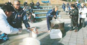 浦和学院高の硬式野球部、石巻市訪問 十三浜・仮設で支援活動
