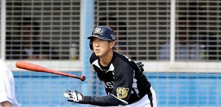 正三塁手狙う阪神・今成(浦和学院高出) 捕球、送球で成長示す