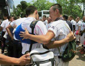 3回戦で敗退し、チームメートにねぎらわれる浦和学院の小島(左)