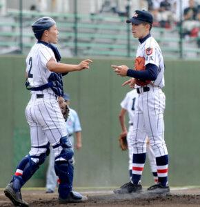 1回表、2死満塁のピンチで浦和学院のエース小島が捕手田畑に声を掛けられる=県営大宮