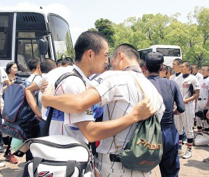 バスに乗る前、メンバーと抱き合い号泣する浦和学院・小島(左)