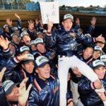 センバツ出場が決まり、津田翔希主将を胴上げして笑顔を見せる浦和学院の選手たち=さいたま市緑区の同校グラウンドで