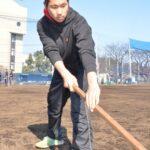 「後輩」が練習を終えたグラウンドの整備に取り組む高橋友人君。「将来は指導者を目指す」と決意している=浦和学院高校で
