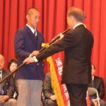 小沢友紀雄校長からセンバツ旗を受ける津田翔希主将(左)=浦和学院高校で
