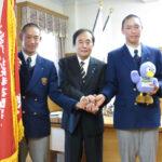 浦和学院・津田主将(左)と山崎副主将(右)は、上田知事と握手を交わす