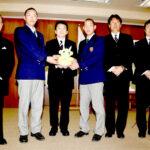 清水勇人市長(左から3人目)を表敬訪問した浦和学院高校野球部の森士監督(右から2人目)、津田翔希主将(同3人目)ら=17日、さいたま市浦和区の同市役所