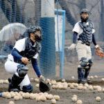 捕手練習に励む松永(左)と梶山=17日午後、浦和学院高校グラウンド