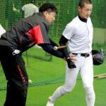 打撃練習で森監督(左)の指導を受ける津田=19日午後、兵庫県尼崎市内