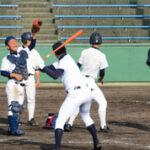 ノック練習をして本番に備える浦和学院の選手たち=兵庫県伊丹市で