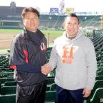 対戦を前に握手で健闘を誓い合う浦和学院の森監督(左)と龍谷大平安の原田監督=20日、甲子園球場