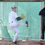 ブルペンで調整する江口(左)。右は田中コーチ=21日午後、神戸市の神戸村野工高校ひよどりグラウンド