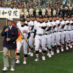入場行進する浦和学院の選手たち=21日午前、阪神甲子園球場