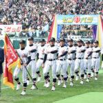 堂々と入場行進する浦和学院の選手たち=阪神甲子園球場で