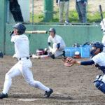 シート打撃で快音を響かせる高橋(左)。捕手梶山=22日午後、兵庫県西宮市の鳴尾浜臨海公園野球場