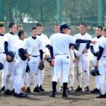 中村コーチ(中央)の指導を受ける浦和学院ナイン