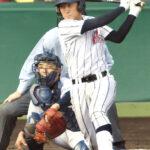 11回表浦和学院2死二塁、西野が一塁線を破る適時二塁打を放つ。捕手吉村