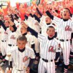アルプススタンドから選手にエールを送る浦和学院の野球部員たち=23日午後、甲子園球場