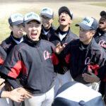 大曲工戦前日練習で、西野(左から3人目)の掛け声で気合いを入れる浦和学院ナイン=26日午後、伊丹スポーツセンター