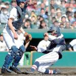 3回裏浦和学院1死二、三塁、諏訪の適時打で二塁走者の江口(右)が逆転の生還。捕手鈴木平=27日、甲子園球場