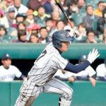 7回裏浦和学院無死一、三塁、荒木が中前に先制打を放つ=29日、甲子園球場