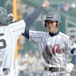 7回裏浦和学院無死一、三塁、荒木が先制中前打を放ち、一塁ベース上でガッツポーズ