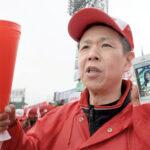 亡くなった佳代子さんの遺影と共に応援する氏丸裕喜さん=29日午後、甲子園球場