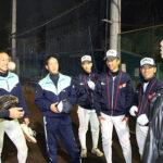 練習後の一コマ。選手たちをいい形で和ませるのも三浦さんの役目だ。(左から、西野真也、津田翔希、小倉匡祐、氏丸直岐、廣田悠樹、臺(だい)浩卓)