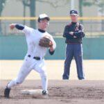選手を見つめる細田幸夫氏(元上尾高コーチ・監督)=鳴尾浜臨海野球場
