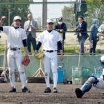 準決勝の前日練習で、捕手への好送球に盛り上がるエース江口(中央)ら浦和学院の選手たち=30日午後、兵庫県西宮市の鳴尾浜臨海公園野球場