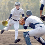 準決勝の前日練習で、守備練習するエース江口=30日、兵庫県西宮市の鳴尾浜臨海公園野球場