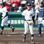 2回裏東海大四2死三塁、同点適時中前打を打たれた浦和学院のエース江口(中央)。捕手西野=31日、甲子園球場