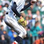 5回裏東海大四1死三塁、投ゴロを好捕し一塁へ送球する浦和学院・江口
