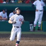 9回表浦和学院2死一、二塁、最後の打者となった諏訪(手前)が中飛に倒れる