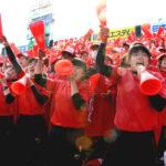 一塁側アルプススタンドから選手たちに懸命の声援を送る浦和学院の応援団=31日午後、甲子園球場