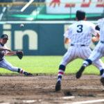 2回裏東海大四2死満塁、二塁手の臺(左)が失策し勝ち越しを許す