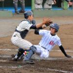 八回裏浦和学院1死二、三塁、台の中越え2点適時二塁打で二塁走者小倉が生還し3点目を挙げる。捕手野本=県営大宮球場