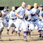 3年連続の優勝を果たしスタンドへあいさつに向かう浦和学院の選手たち=5日、県営大宮球場