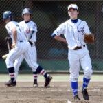 1回裏浦和学院2死三塁、幸喜に中前適時打を浴び、三塁走者の荒木(左)が生還。川越東の星野(右)が肩を落とす