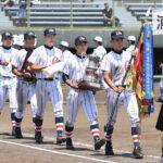 2年ぶり5度目の栄冠を手にし、行進する浦和学院ナイン=20日、甲府市の山日YBS球場