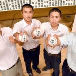 チームのスローガンを書いた白球を掲げ、気合が入る上位シード4校の主将ら。(左から)浦和学院・渡辺、川越東・大南、聖望学園・滝島祐、成徳大深谷・高橋=23日午後、さいたま市民会館大宮