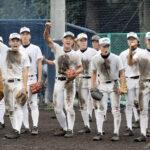 ノックを受けて泥まみれの浦和学院ナイン。気合十分で夏を迎える=同校グラウンド
